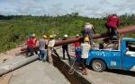 Dua Tiang Listrik di Jalan Lintas Kuala Kurun - Palangka Raya Roboh