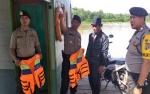 Anggota Polsek Tewang Sanggalang dan Pulau Malan Cek Feri Penyeberangan
