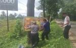 Anggota Polsek Kapuas Hilir Pasang Spanduk Imbauan di Ruas Jalan Trans Kalimantan