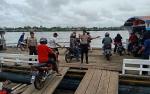 Anggota Satpolair Polres Kapuas Intensifkan Imbauan di Kapal Feri Penyeberangan Jelang Tahun Baru