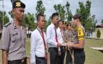Kapolres Sukamara Berikan Penghargaan Kepada Personel Berprestasi