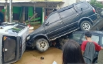 Banjir Surut, Mobil Bertumpukan di Jalan Masuk Perumahan
