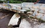 Jembatan Menuju Wisata Kereng Bangkirai Rusak Diterjang Derasnya Air