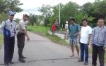 Petugas Tutup Jalan Menuju Jembatan Kereng Bangkirai yang Hampir Runtuh