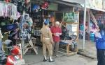 Satpol PP Kapuas Sosialisasikan Aturan Tentang Pengosongan Bahu Jalan Kepada Pedagang di Area Pasar