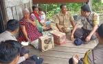 Bhabinkamtibmas Polsek Sebangau Kuala Bantu Janda Miskin di Desa Paduran Mulya