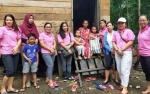 Komunitas Ibu Muda Gunung Mas Bagikan Bingkisan Kasih kepada Warga Kurang Mampu
