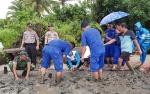 Satpolair Polres Sukamara Tanam Pohon Mangrove di Pantai Lunci