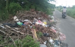 Sampah Dibiarkan Menumpuk di Jalan Letkol CHR Binti Palangka Raya