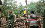 Anggota Kodim 1011 Kuala Kapuas Gotong Royong Bantu Renovasi Rumah Tidak Layak Huni