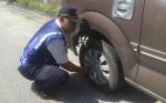 Petugas Kembali Gembosi Ban Mobil Parkir Sembarangan di Jalan Kinibalu Palangka Raya