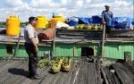 Personel Polsek Kapuas Barat Imbau Nahkoda Kapal Dagang Lengkapi Alat Keselamatan