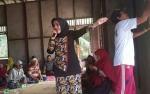 Wakil Bupati Seruyan Beri Pelajaran Membaca Pada Peserta Didik Buta Aksara