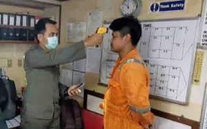 Antisipasi Masuknya Virus Corona, KKP Kumai Periksa ABK Kapal Asing dengan Thermo Scanner