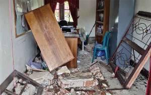 Kantor Kecamatan Sukamara Rusak Setelah Ditabrak Mobil