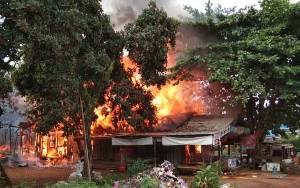 Barak dan Rumah Toko di Parenggean Terbakar