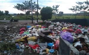 Sampah di TPS Jalan Mangkuraya Meluber