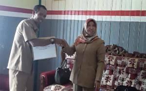 Dinas Perpustakaan Kobar Hibahkan Puluhan Buku ke 2 Desa untuk Tingkatkan Gemar Membaca