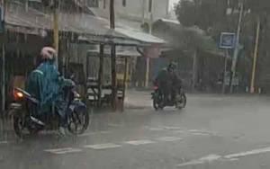 Hujan Deras Disertai Petir Landa Kuala Pembuang, Pasokan Listrik Sempat Terhenti