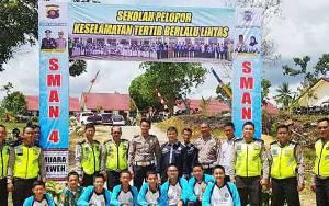 Satlantas Polres Barito Utara Sosialisasikan Tertib Lalu Lintas Melalui Pembangunan Gapura SMAN 4 Muara Teweh
