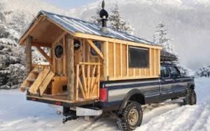 Mobil Ford Ini Diubah Jadi Rumah Lengkap Hingga Teras dan Toilet