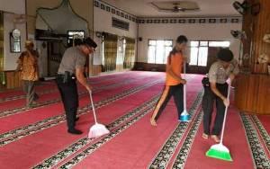 Kapolsek Pahandut Bersama Warga Kerja Bakti Bersihkan Tempat Ibadah