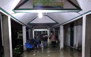 Lorong Menuju Kamar Pasien RSUD Murjani Sampit Banjir