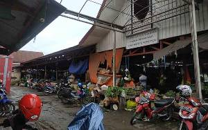Pedagang dan Pengunjung Pasar Saik Kuala Pembuang Harapkan Perbaikan Jalan