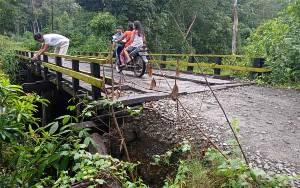 Dinding Jembatan Maganding Mulai Longsor, Kades Heringen Minta Perhatian dari Dinas PUPR Barito Timur