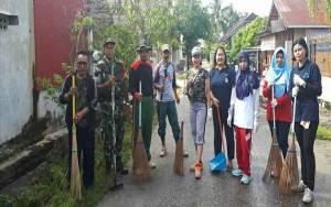 Babinsa Koramil Pahandut Kerja Bakti Bersama Warga Kelurahan Panarung