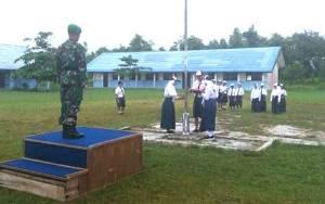 Batuud Koramil 1016 02 Bukit Batu Pimpin Upacara Bendera di SMP 15 Palangka Raya