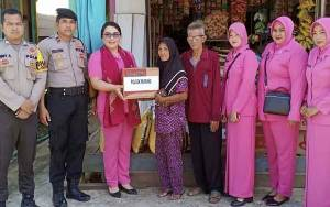 Korban Kebakaran Mendapat Bantuan Sembako dari Polsek Murung