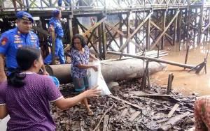 Satpolair Polres Kapuas Bersama Warga Bersihkan Sampah di Pesisir Peringati HPSN