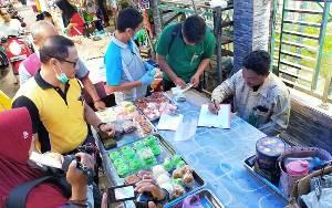 Dampak Keracunan Massal, Tim Dinas Kesehatan Kotim Ambil Sampel Kue Dijual di Pasar Keramat