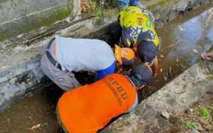 BPBD Palangka Raya Gotong-royong Bersama Warga Bersihkan Drainase
