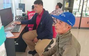 Kakek Ini Rela Berjalan 4 Km Agar Bisa Isi Data Sensus Penduduk Secara Online