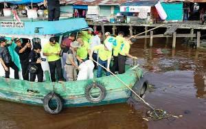 Pemkab Kapuas Bersama Warga Bersihkan Sampah Kawasan Sungai di Dermaga Danau Mare Peringati HPSN