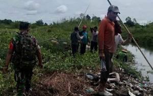 Cegah Banjir Babinsa Pahandut Motori Warga Bersihkan Daerah Aliran Sungai