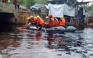 Anggota Polres Barito Selatan Simulasi Penyelamatan dan Evakuasi Korban Bencana Banjir