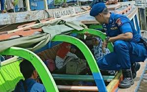 Anggota Satpolair Polres Kapuas Patroli Transportasi Air Imbau Utamakan Keselamatan