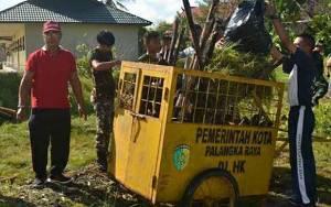 Babinsa Kelurahan Menteng Ajak Warga Jaga Kebersihan Lingkungan