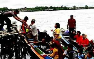 Anggota Polsek Kapuas Barat Bantu Sekaligus Beri Imbauan kepada Pengguna Kapal Tradisional