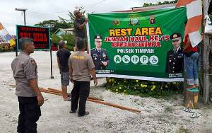 Polsek Timpah Siapkan Rest Area untuk Jamaah Haul Guru Sekumpu yang Melintas