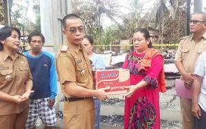Sekda Murung Raya Serahkan Bantuan untuk Korban Kebakaran di Desa Danau Usung