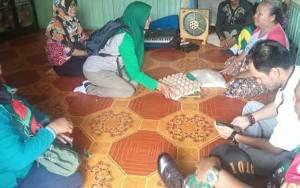 Babinsa, Babinkamtibmas, dan Dinas Sosial Berikan Sembako kepada Warga Jalan Mandawai Palangka Raya