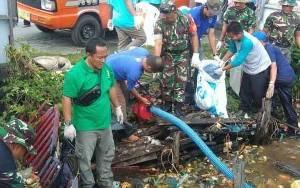 Dinas Lingkungan Hidup Palangka Raya Gotong Royong Bersama Warga Bersihkan Sampah di Sungai