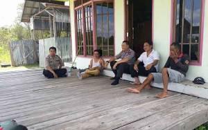 Polsek Mantangai Sambangi Tokoh Masyarakat Jalin Silaturahmi dan Sampaikan Pesan Kamtibmas