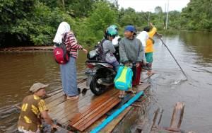 5 Desa 2 Kecamatan di Murung Raya Banjir, Warga Naik Rakit di Atas Jalan Tergenang Air