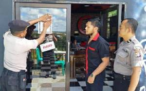 Personel Polsek Kapuas Tengah Pasang Imbauan Maklumat Kapolri Antisipasi Virus Covid-19