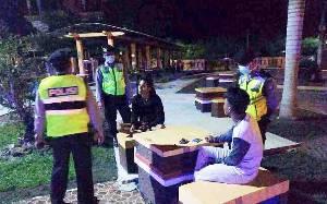 Patroli Malam Cegah Penyebaran Covid-19, Satsabhara Polres Pulang Pisau Temukan Anak Muda Masih Kumpul-kumpul